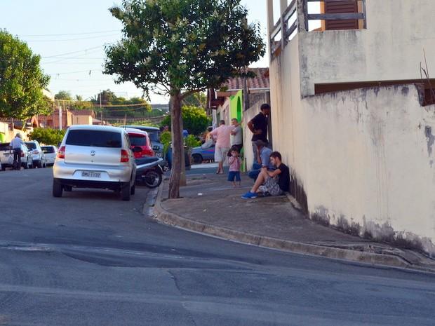Familiares de homem morto aguardam notícias sobre enterro em frente a casa de Pereira - Limeira (Foto: Thomaz Fernandes/G1)