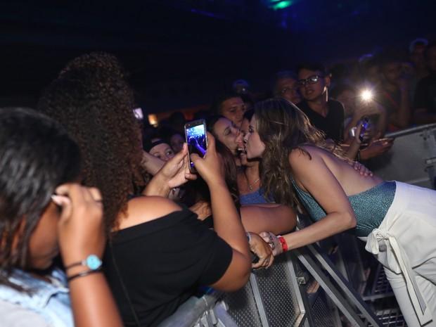 Ex-BBB Ana Paula com fãs em show na Zona Oeste do Rio (Foto: Raphael Mesquita/ Divulgação)