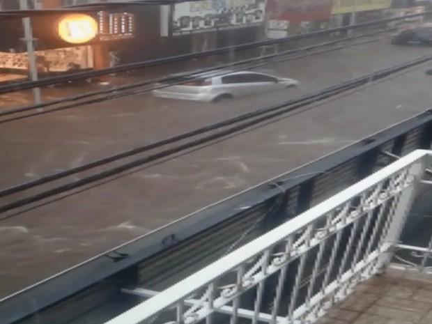 Água invadiu as lojas (Foto: Reprodução/EPTV)