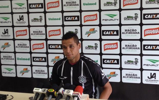 Eliomar recebe e veste a camisa do Figueirense (Foto: Renan Koerich, globoesporte.com)