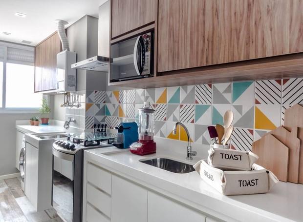 A cozinha e a lavanderia recebem armários tanto na área inferior, quanto superior, priorizando a organização dos espaços (Foto:    ATA Photograph/Divulgação)