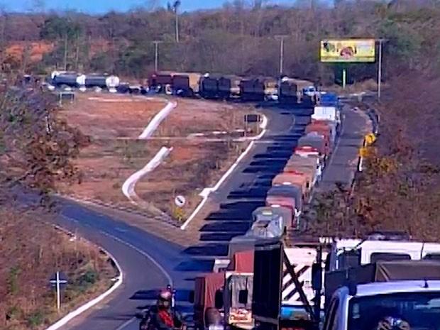 'Operação padrão' da PRF volta a causar lentidão nas rodovias baianas (Foto: Reprodução/ TV Oeste)