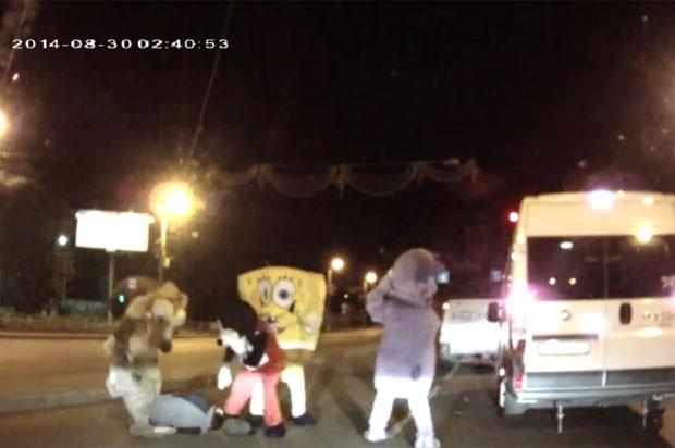 Briga bizarra envolvendo motorista e grupo de pessoas fantasiadas ocorreu na Rússia (Foto: Reprodução/YouTube/EGoZa AS)