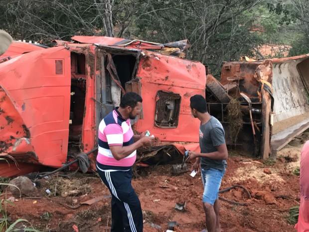 Motorista morreu esmagado após carreta capotar na Bahia (Foto: Blogbraga/Repórter Edivaldo Braga)