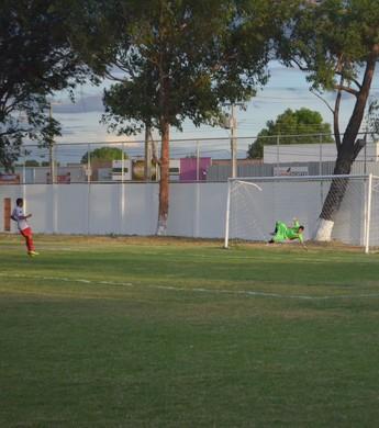 Robemar marca um dos seus gols no Roraimense (Foto: Ivonisio Júnior)