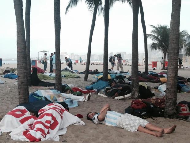 Após vitória no Maracanã, argentinos dormem em Copacabana (Foto: Daniel Silveira/G1)