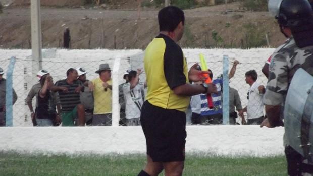 Assistente Júlio César leva pedrada da torcida do Cruzeiro-PB (Foto: Luiz Carlos Roque / Globoesporte.com/pb)