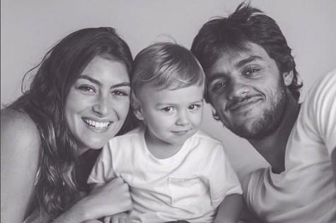 Felipe Simas com a mulher, Mariana Uhlmann, e o filho, Joaquim (Foto: Reprodução)