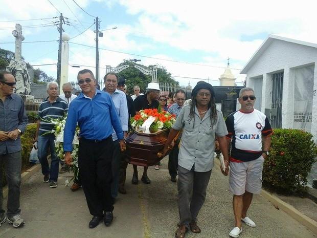 Cortejo fúnebre chega ao cemitério do Gavião, em São Luís (Foto: Alessadra Rodrigues/Mirante AM)