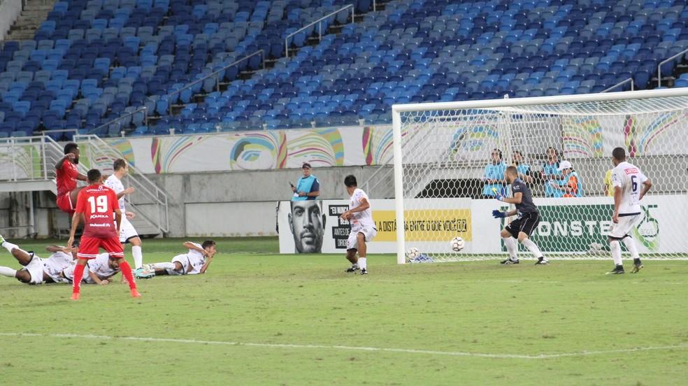 Gol da vitória sobre a Aparecidense só veio aos 43 minutos do segundo tempo, com Tadeu (Foto: Fabiano de Oliveira)