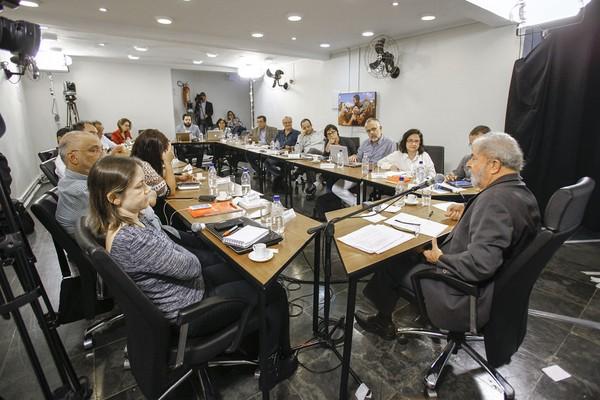 Lula em conversa com blogueiros,na semana passda.Ele propõe ignorar o que nos levou á crise (Foto: Ricardo Stuckert/Instituto Lula)