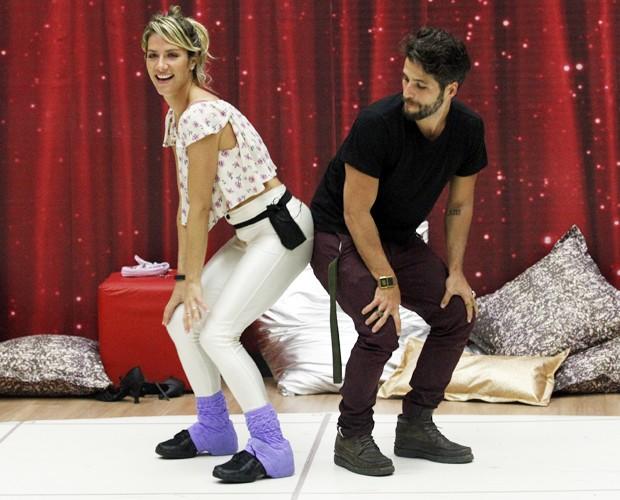 Giovanna Ewbank dança com Bruno Gagliasso na sala de ensaio (Foto: Raphael Dias / TV Globo)