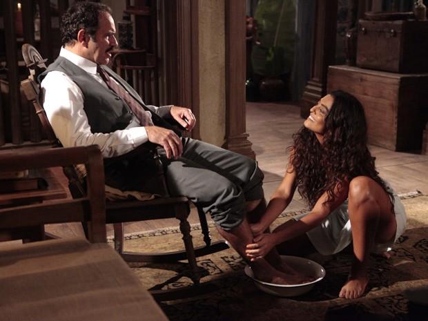 Gabriela presenteia Nacib com massagem (Foto: Gabriela / TV Globo)