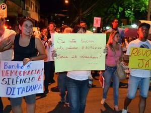 Movimento Reaja Piracicaba faz passeata pelo Centro e novo protesto em frente à Câmara contra o reajuste de 66% nos salários dos vereadores (Foto: Thomaz Fernandes/G1)