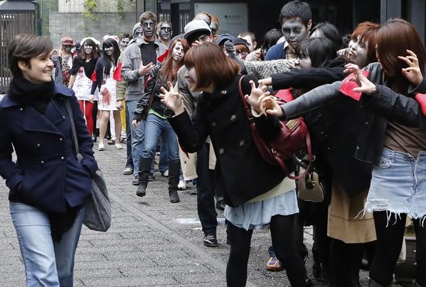 Cerca de 50 pessoas participaram do Roppongi Zombie Walk e chamaram a atenção dos pedestres (Foto: Yuya Shino/Reuters)