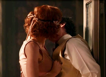 Giuseppe e Gilberte se beijam escondidos atrás da confeitaria