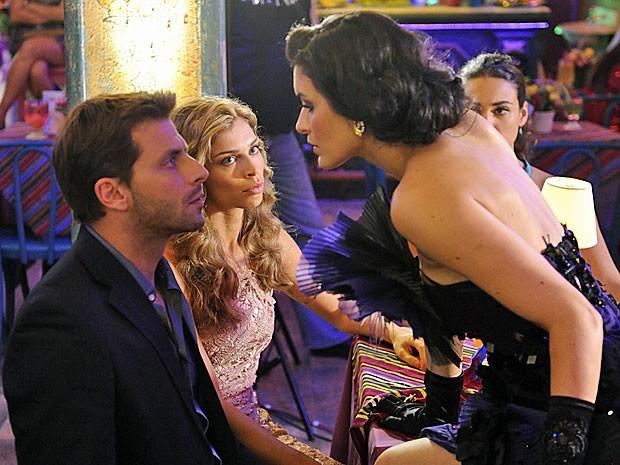 Cristal dá em cima de Cassiano na cara de Ester (Foto: Flor do Caribe/TV Globo)