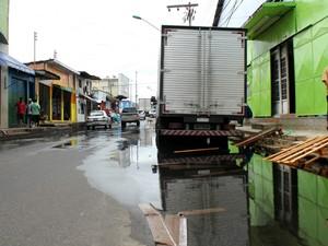 Com as águas, passagem de pedestres fica dificultada (Foto: Luis Henrique Oliveira/G1 AM)