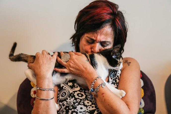 A paulistana Harumi posa com seu gatinho  (Foto: Fernanda Frozza/Gshow)