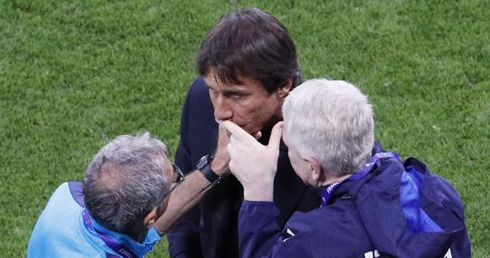 Antonio Conte; técnico da Itália, recebe atendimento jogo contra Bélgica (Foto: REUTERS)