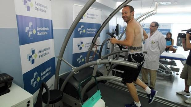 Iniesta, melhor jogador da última Euro, realiza exames no Barça (Foto: Site oficial)