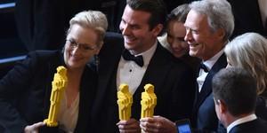 Meryl Streep, Cooper e Eastwood posam com estatuetas de Lego (John Shearer/Invision/AP)