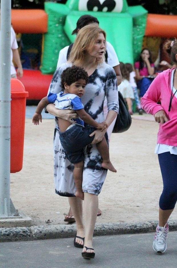 Maria Padilha leva o filho no colo (Foto: Jc Pereira/Agnews)