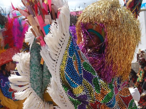 Grupos de maracatu se encontraram na Cidade Tabajara, em Olinda, levando cores e sons (Foto: Vitor Tavares / G1 PE)