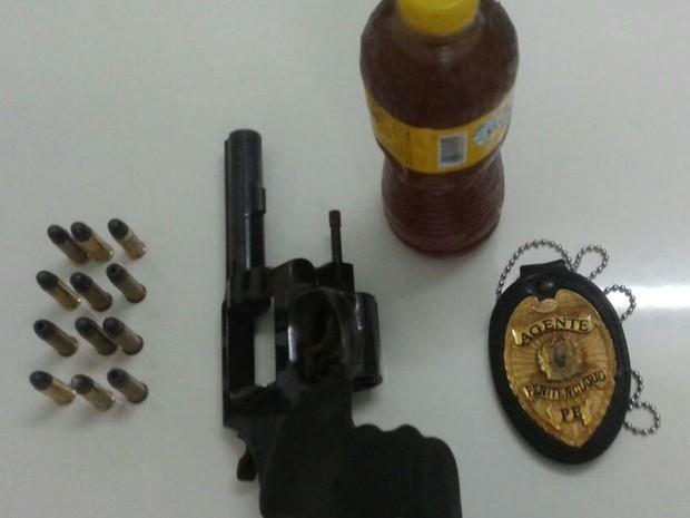 Revólver calibre 38 com 12 munições, além de 500 gramas de cola de sapateiro, foram apreendidos no Presídio Frei Damião de Bozzano (Foto: Divulgação/Seres)