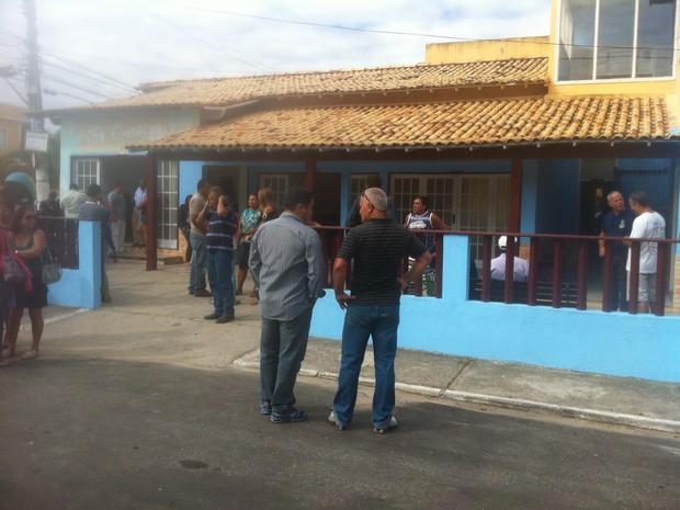 Amigos comparecem ao velório das vítimas mortas na concessionária (Foto: Heitor Moreira / G1)