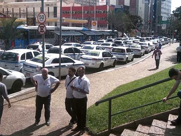 Táxis fazem protesto em frente à Prefeitura de Campinas (Foto: Reprodução / EPTV)