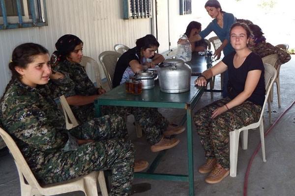 Kimberley Taylor com as colegas combatentes (Foto: Reprodução Facebook)