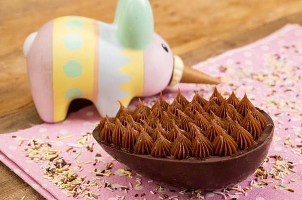 Ovo de Páscoa de colher, com recheio de bolo de chocolate e brigadeiro: receita de Dani Noce fica pronta em 20 minutos (Foto: Divulgação / ICKFD)
