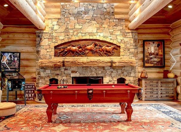 Destaque para a mesa de sinuca em meio ao décor romântico e western da mansão que já pertenceu a Julia Roberts (Foto: Divulgação / GLACIER SOTHEBY'S INTERNATIONAL REALTY)