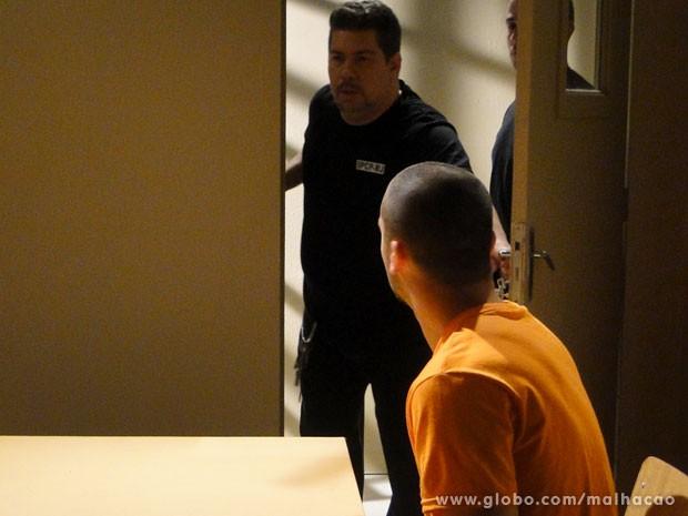 Sal vai fugir da prisão com a roupa de Peçanha (Foto: Malhação/ TV Globo)