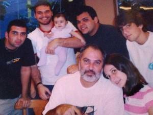 Na foto, o pai de Emilio posa rodeado por seis dos seus sete filhos (Foto: Arquivo pessoal)