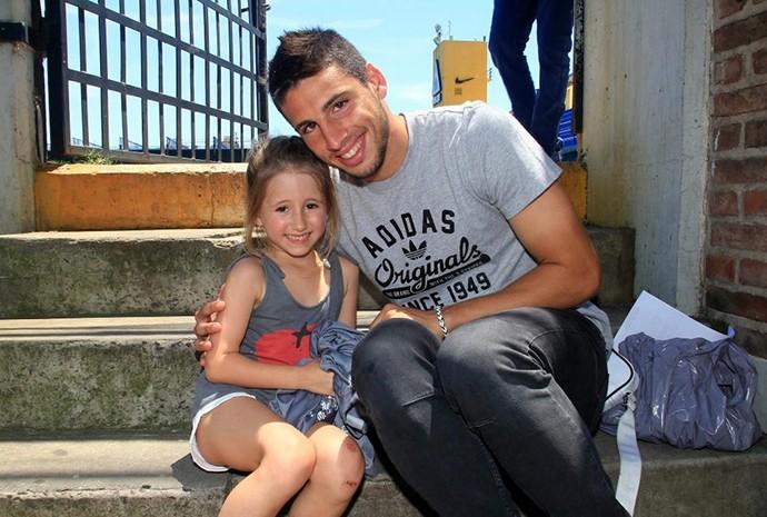 Calleri com Valentina durante treino do Boca