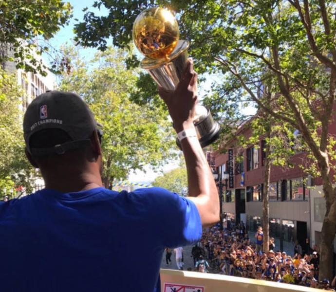 Kevin Durant mostrando o caneco da NBA para os torcedores (Foto: Reprodução)
