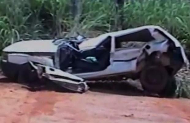 Funcionário destrói carro do secretário de Transportes de Trombas, em Goiás (Foto: Reprodução/TV Anhanguera)
