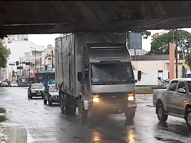 Um caminhão baú ficou preso debaixo do viaduto Corina Junqueira, ao tentar passar pelo local, no fim da tarde desta quarta-feira (11). O acidente aconteceu na região central da cidade. O motorista tentava não percebeu a placa que avisava a altura permitid (Foto: TV Integração/Reprodução)