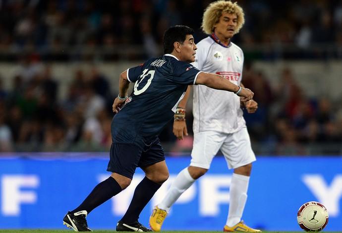 Maradona e Valderrama em jogo festivo (Foto: AFP)
