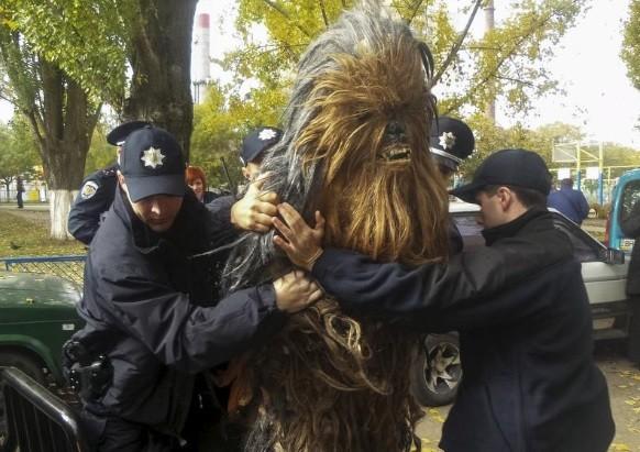 Chewbacca é preso ao fazer campanha para o 'vilão'