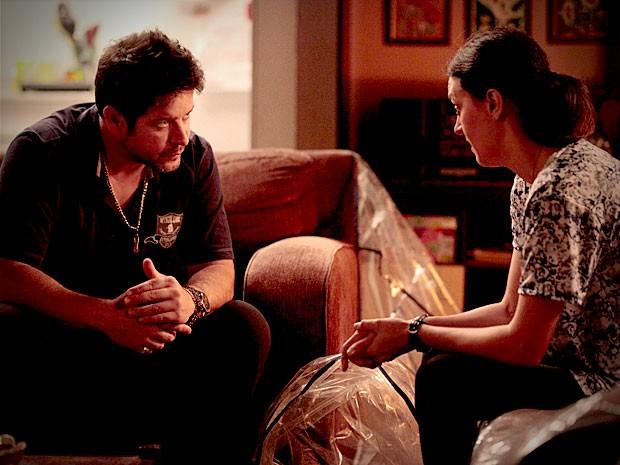 Janaína conta que Lúcio participou de assalto à mansão (Foto: Avenida Brasil / TV Globo)