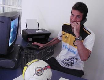 Renato Santiago fala ao telefone com uniforme (Foto: Filipe Rodrigues / Globoesporte.com)
