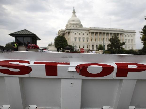 """Uma barreira de trânsito com a palavra """"pare"""" no lado Senado, no Capitólio dos EUA, em Washington, nesta terça-feira (1º) (Foto: Jonathan Ernst/Reuters)"""