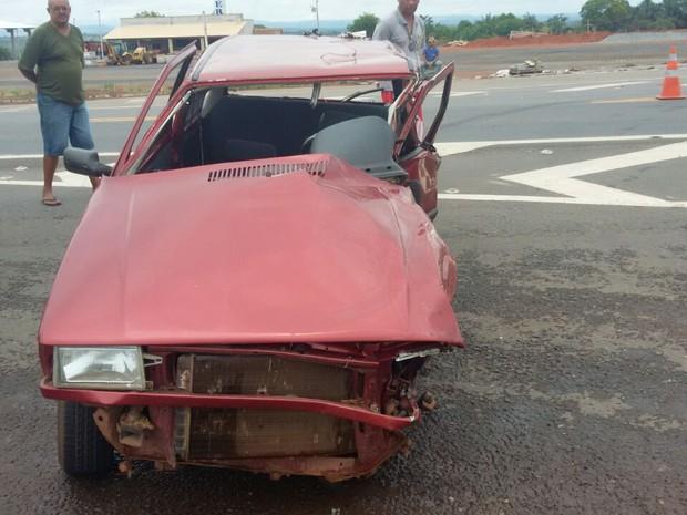 Suspeita é que condutor do carro tenha sofrido traumatismo craniano (Foto: PRF/Divulgação)