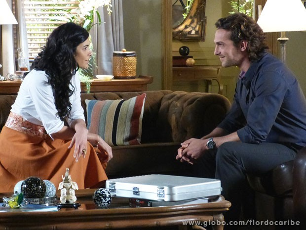Alberto quer ajuda de Cristal para separar Cassiano e Ester (Foto: Flor do Caribe / TV Globo)