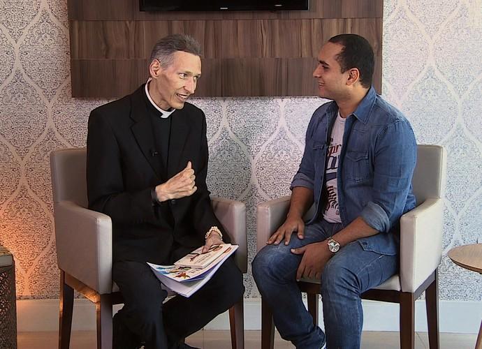 Padre Marcelo fala sobre o novo livro (Foto: Reprodução/TV Sergipe)