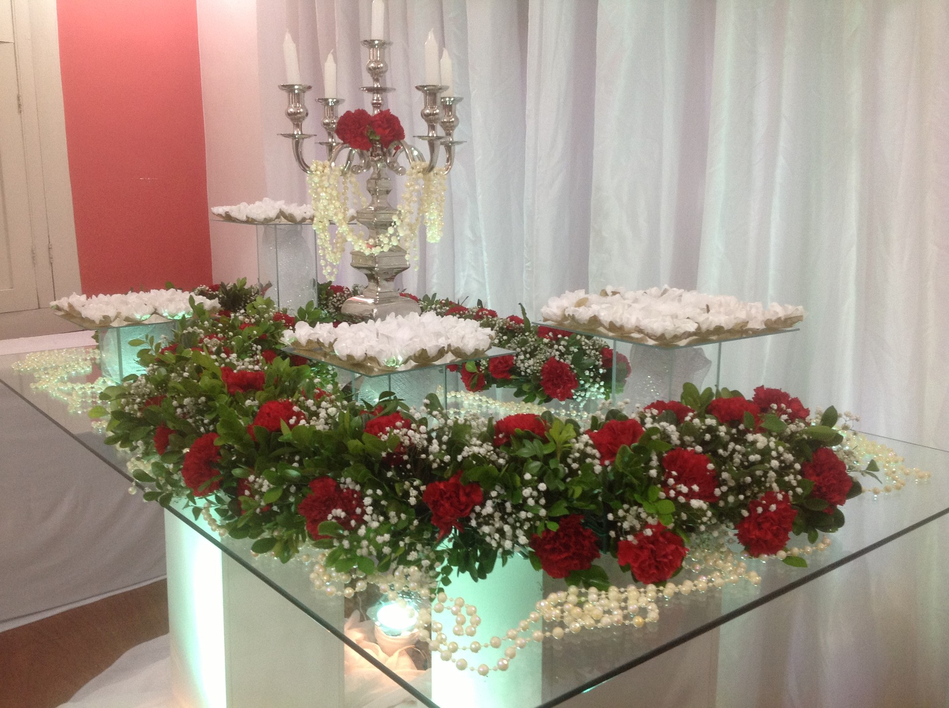 mesa decorada com flores (Foto: Léo Mendes e Tânia Santos)