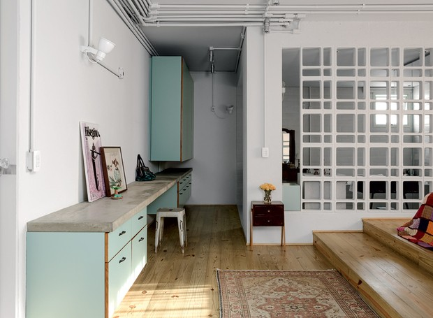 apartamento-decoracao-estudio-vitor-penha-estilo-industrial-concreto-aparente-qaurto-cobogo (Foto: Edu Castello/Editora Globo)